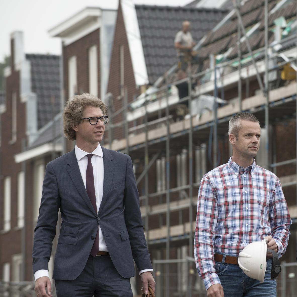 Advocaat met klant op bouwplaats