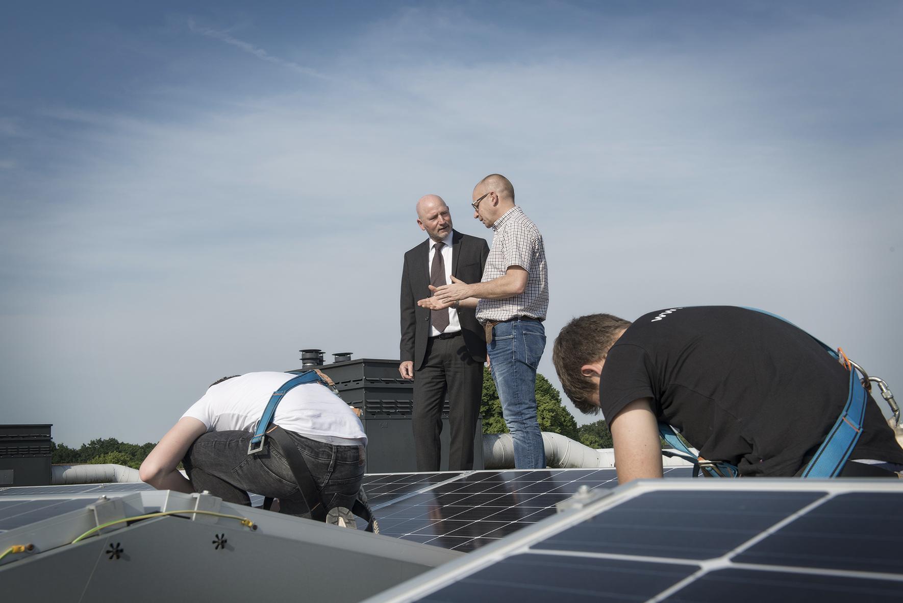 Klant in gesprek met advocaat, zonnepanelen installatie op dak